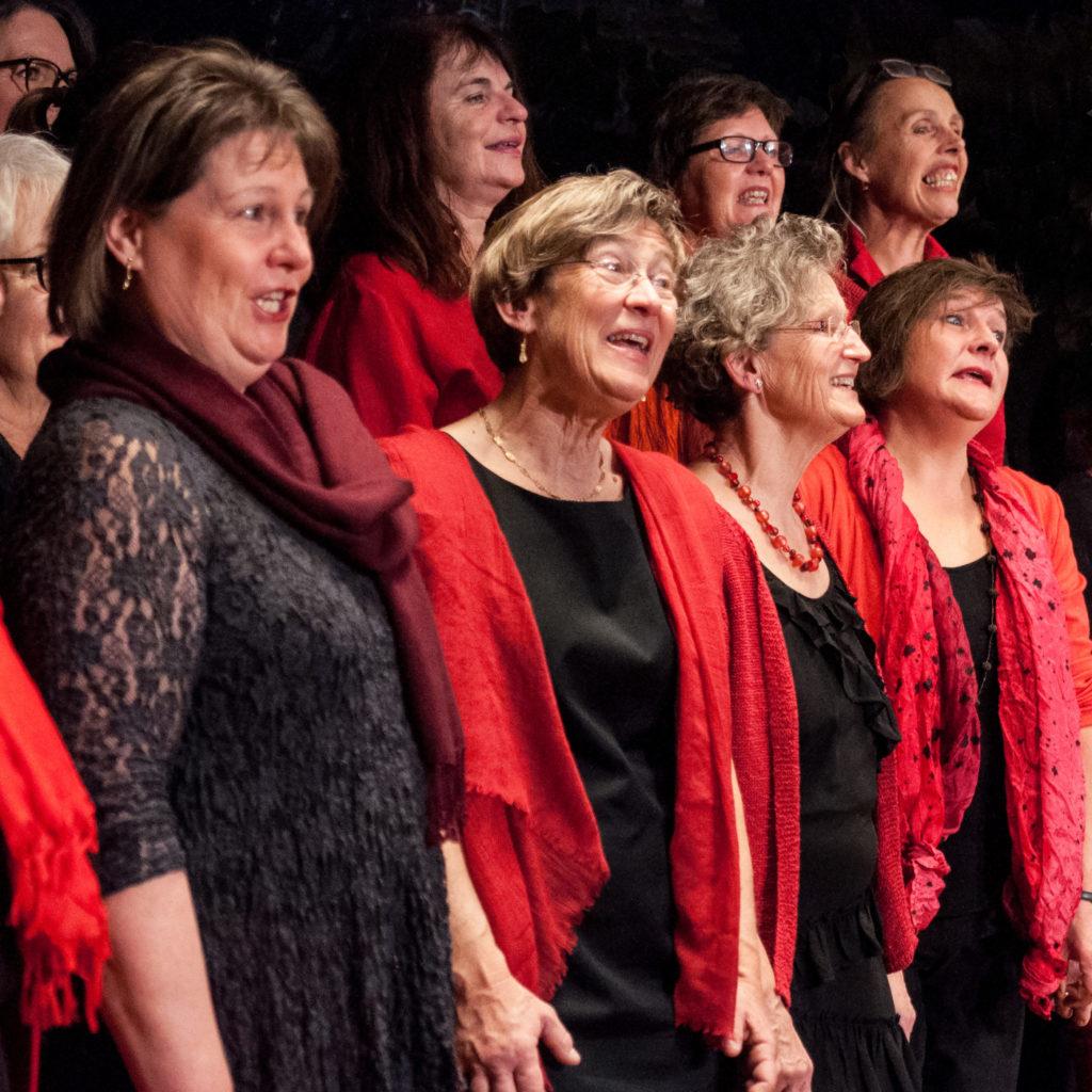Singende Frauen in rot und schwarz im Kreuzsaal in Solothurn